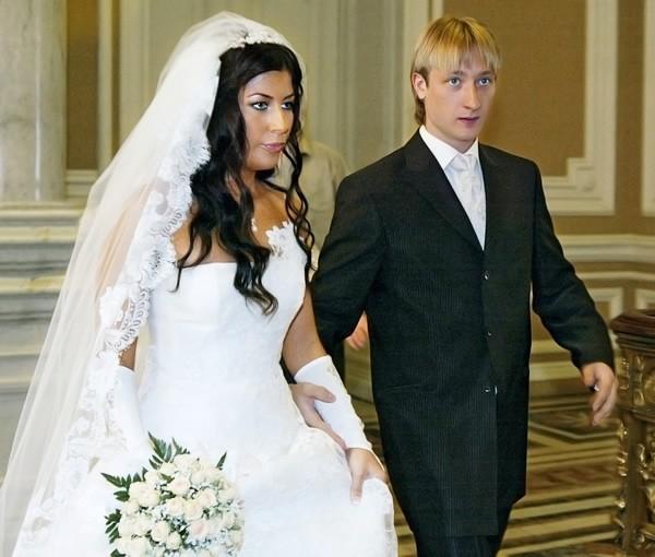 Голубое платье на жене плющенко